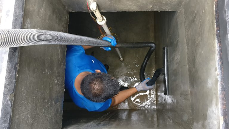 cleaning underground water tank with suction machine