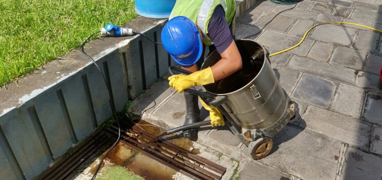 Removng sludge with vaccum machine - Water tank cleaning service