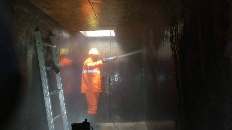 cleaning reservoir with high-pressure washer