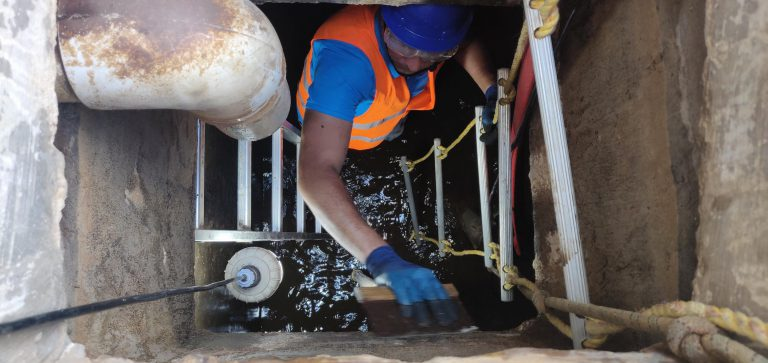 manually scrubbing water tank surfaces : water tank cleaning service